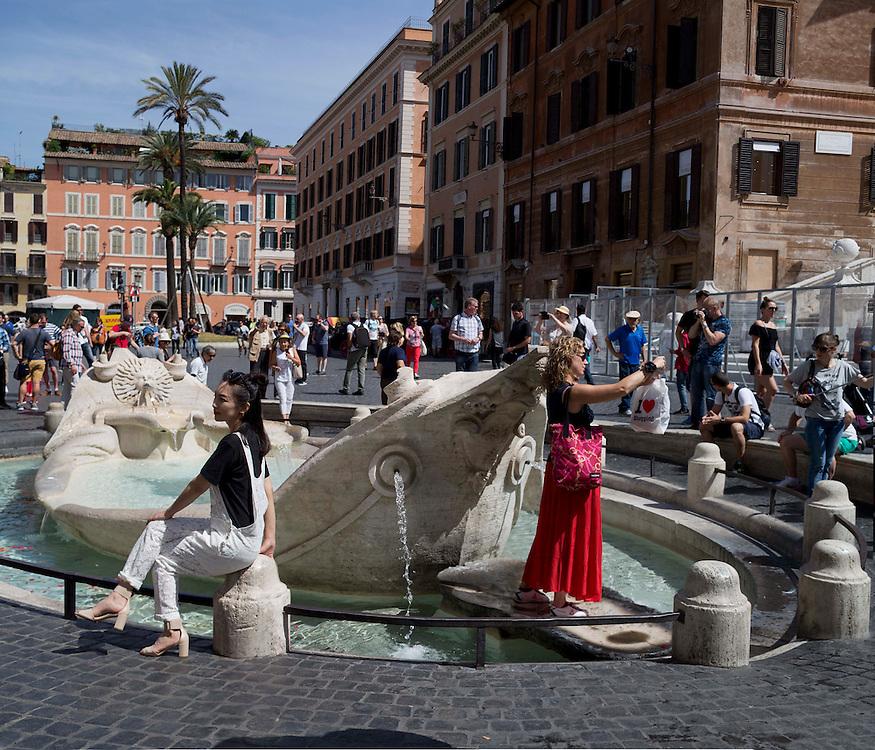 Turisti davanti alla Barcaccia del Bernini Roma<br /> Tourists in front of the Barcaccia by Bernini Rome