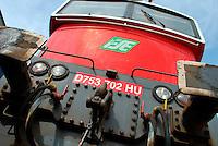 Le Ferrovie del Sud Est nascono in Puglia, nell'ottobre del 1931. A questà nuova società veniva dato in concessione l'insieme delle reti ferroviarie precedentemente gestite da diversi organismi (Società per le Ferrovie Salentine, Società per le Ferrovie Sussidiate, Ferrovie dello Stato)..Le aree pugliesi attraversate dalla società ferroviaria sono l'area barese, la fascia Taranto-Brindisi e l'area leccese-salentina, collegando fra loro i capoluoghi di Bari, Taranto e Lecce, nonché oltre 130 comuni delle province meridionali..Il reportage fotografico sulle Ferrovie Sud Est intende testimoniare l'evoluzione tecnologica che, durante gli anni, ha modificato e migliorato il servizio ferroviario e la convivenza del progresso con tracce del passato, attraverso un viaggio tra le stazioni e i depositi..Vista frontale della locomotiva UPA parcheggiata nel deposito di Bari Sud Est..