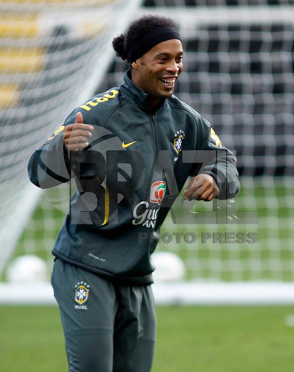 LONDRES, INGLATERRA, 04 DE SETEMBRO 2011 - TREINO SELECAO BRASILEIRA - Ronaldinho Gaucho (C) disputa bola com Luiz Gustava (E) e Julio Cesar Direita jogadores da selecao brasileira durante treino de reconhecimento de gramado, neste domingo (4), um dia antes da partida amistosa contra a sele&ccedil;&atilde;o de Gana, no Craven Cottage Stadium<br /> Londres. (FOTO: WILLIAM VOLCOV - NEWS FREE).