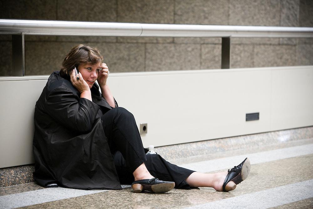 Nederland. Den Haag, 19 september 2007.<br /> FNV voorzitter Agnes Jongerius mobiel bellend bij de publieke tribune van de tweede kamer.Foto Martijn Beekman <br /> NIET VOOR TROUW, AD, TELEGRAAF, NRC EN HET PAROOL