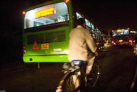 Scene de rue nocturne a New Delhi. Night street scene, New Delhi.
