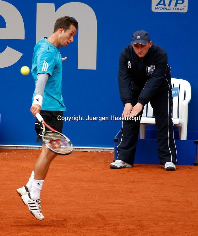 BMW Open 2010, Muenchen, Sport, Tennis,  International Series ATP  Tournament,Philipp Kohlschreiber (GER) hat Problem mit dem Return, Linienrichter gibt den Ball gut, Symbolfoto,..Foto: Juergen Hasenkopf