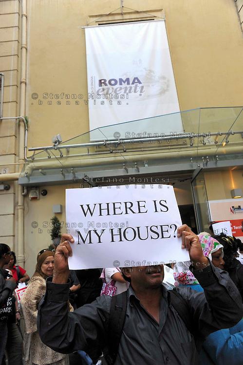 """Roma 23 Giugno 2009.Manifestazione degli sfrattati  e senza casa  aderenti al  «Bpm», Blocco Precario Metropolitano, ed  Action diritti in movimento, per protestare al sesto «Forum per l'edilizia e il territorio» organizzato da Il Sole 24 Ore, che si dovrebbe occupare anche del piano-casa..Rome 23 June 2009  .Demonstration of the evicted and homeless members of the """"Bpm"""" Block Precario Metropolitano, and  Action Rights in motion, in protest at the sixth 'Forum for the building and the land' organized by Il Sole 24 Ore, which you should also take the plan-house.The banner reads:Where is my House?"""
