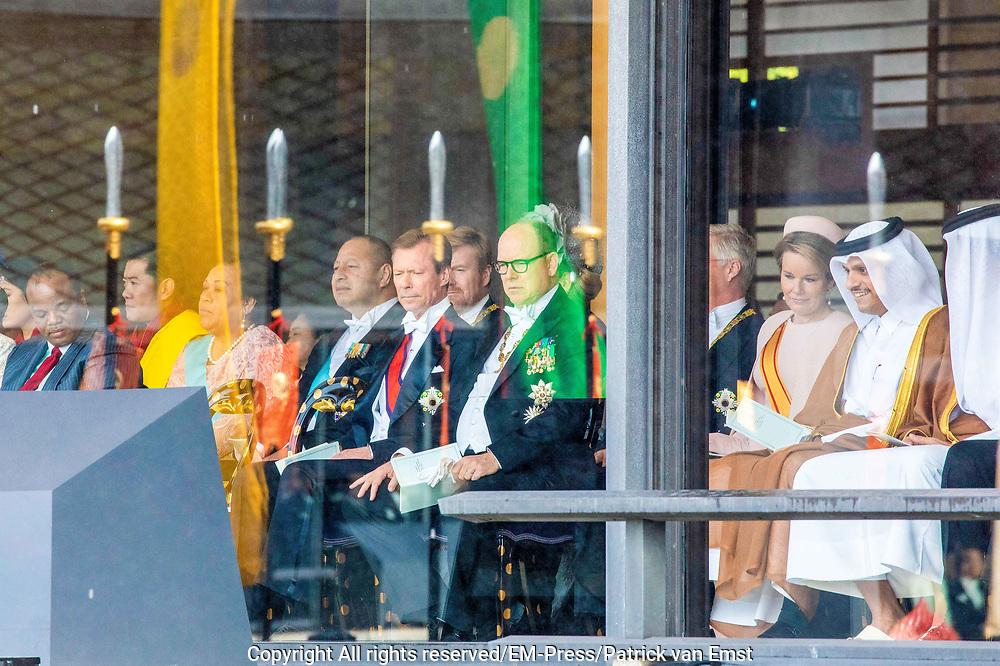 De Japanse keizer Naruhito heeft officieel de troon aanvaard en de belofte afgelegd dat hij zijn plicht als symbool van de staat zal vervullen. De 59-jarige Naruhito deed dat in een eeuwenoude ceremonie in de belangrijkste zaal van het keizerlijke paleis in Tokio in aanwezigheid van staatshoofden en gasten uit meer dan 180 landen.<br /> <br /> The Japanese emperor Naruhito has officially accepted the throne and made the promise that he will fulfill his duty as a symbol of the state. The 59-year-old Naruhito did that in an ancient ceremony in the main hall of the Imperial Palace in Tokyo in the presence of heads of state and guests from more than 180 countries.<br /> <br /> Op de foto / On the photo:  King Jigme Khesar Namgyel Wangchuck and Majesty Queen Jetsun Pema, King Tupou VI and Her Majesty Queen Nanasipau'u of Tonga , King Willem-Alexander and Queen Maxima, King Filip and Queen Mathilde
