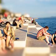 Nikola Bas?ic? architecte Croate est l'auteur de de l'orgue de mer sur la presqu'île de Zadar. Le flux de la mer propulse l'air dans 35 tubes d'où s'échappe une mélodie unique est ennivrante.