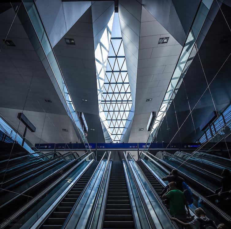Hauptbahnhof Wien neu (Architekten Wimmer, Hoffmann, Hotz), Rautendachkonsturktion, Rolltreppen, Österreich, Wien, Architektur, modern, zeitgenössisch