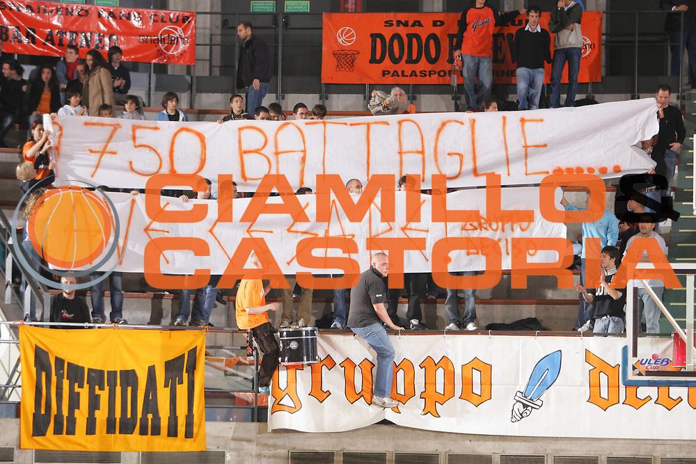 DESCRIZIONE : Udine Lega A1 2006-07 Snaidero Udine Angelico Biella <br /> GIOCATORE : Tifosi Pancotto 750 Panchine <br /> SQUADRA : Snaidero Udine <br /> EVENTO : Campionato Lega A1 2006-2007 <br /> GARA : Snaidero Udine Angelico Biella <br /> DATA : 11/11/2006 <br /> CATEGORIA : <br /> SPORT : Pallacanestro <br /> AUTORE : Agenzia Ciamillo-Castoria/S.Silvestri <br /> Galleria : Lega Basket A1 2006-2007 <br /> Fotonotizia : Udine Campionato Italiano Lega A1 2006-2007 Snaidero Udine Angelico Biella <br /> Predefinita :