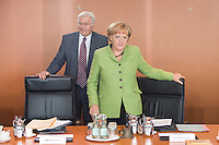 20 AUG 2008, BERLIN/GERMANY:<br /> Frank-Walter Steinmeier (L), SPD, Bundesaussenminister, und Angela Merkel (R), CDU, Bundeskanzlerin, vor Beginn einer Kabinettsitzung, Kabinettsaal, Bundeskanzleramt<br /> IMAGE: 20080820-01-032<br /> KEYWORDS: Kabinett, Sitzung