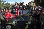 """La fille ainé de Chokri Belaid sur le jeep qui transporte le corps de son père, sur son t-shirt est ecrit """"Pappa qui l'a tué"""