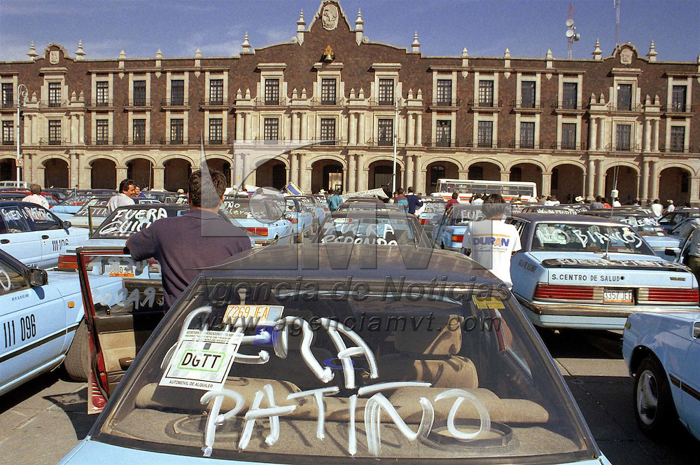 """Toluca, Méx.- Taxistas foráneos del Valle de Toluca se manifestaron frente al palacio de gobierno bloqueando por cerca de dos horas la avenida Lerdo en demanda de regularizar el servicio sancionando a los """"Tolerados"""" entre otras cosas. Agencia MVT / Mario Vázquez de la Torre"""