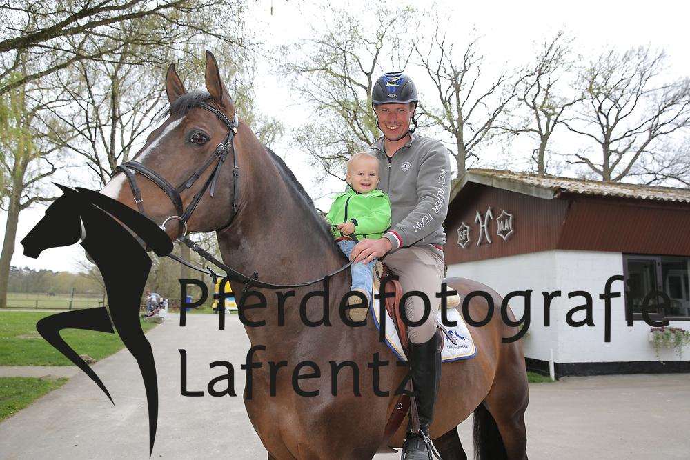AHLMANN Christian (GER) mit Sohn Leon und Taloubet Z<br /> Portrait Christian Ahlmann<br /> &copy; www.sportfotos-lafrentz.de/Stefan Lafrentz