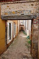 France, Indre (36), Argenton-sur-Creuse, passage du Petit Mouton, venelle ancienne // France, Indre (36), Argenton-sur-Creuse, passage du Petit Mouton, alley