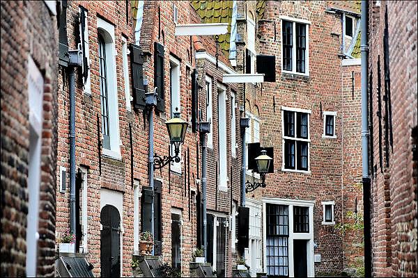 Nederland, Middelburg, 14-9-2014 De oude binnenstad van de provinciehoofdstad. Veel historische bebouwing getuigen van een rijk verleden met grote welvaart tijdens de gouden eeuw. Dit kleine hofje wordt veel gebruikt voor historische filmopnamen. FOTO: FLIP FRANSSEN/ HOLLANDSE HOOGTE