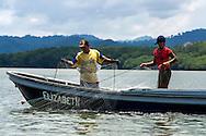 Pescadores artesanales recogiendo un tren de redes para la pesca.  Golfo de San Miguel, Provincia de Darien,  Océano Pacífico de Panamá.   El golfo de San Miguel es el estuario más grande de Panamá, con una extensión de unos 1,760 km2.