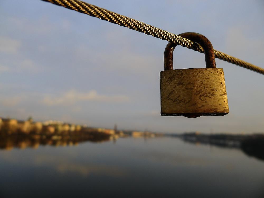 Ett kärlekslås på Västerbron i Stockholm