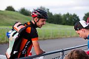 Een koerier levert zijn manifest in. In Nieuwegein wordt het NK Fietskoerieren gehouden. Fietskoeriers uit Nederland strijden om de titel door op een parcours het snelst zoveel mogelijk stempels te halen en lading weg te brengen. Daarbij moeten ze een slimme route kiezen.<br /> <br /> A messenger gives his manifest to the organisation. In Nieuwegein bike messengers battle for the Open Dutch Bicycle Messenger Championship.
