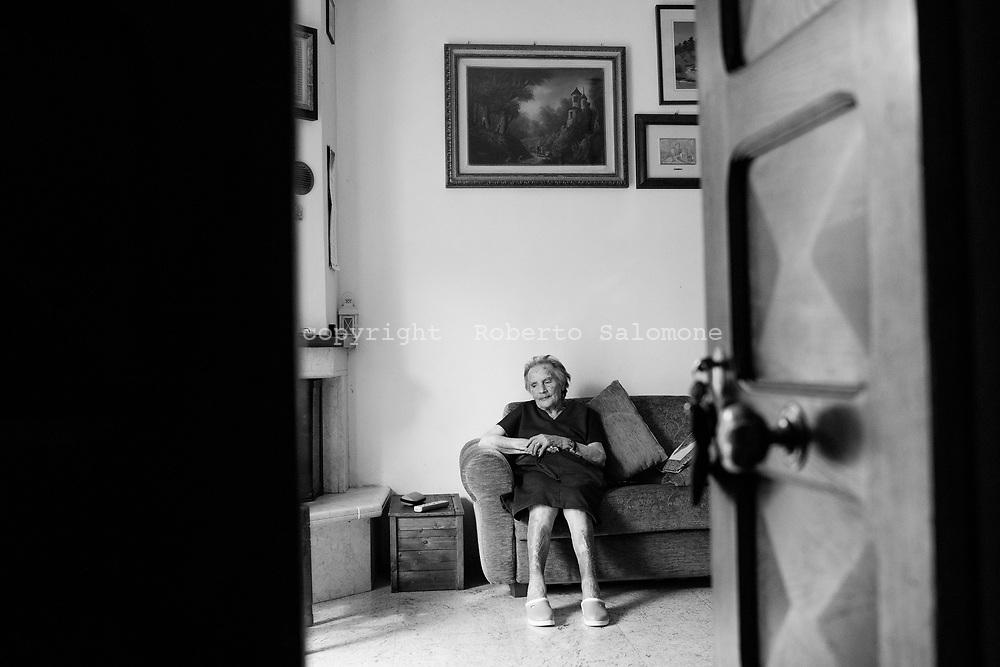Roccafluvione, Italia - Cristian Tilli, anziana signora che vive con la figlia dopo che la sua casa &egrave; andata distrutta dal terremoto. Il sogno di Cristina &egrave; quello di tornare a casa sua.<br /> Ph. Roberto Salomone