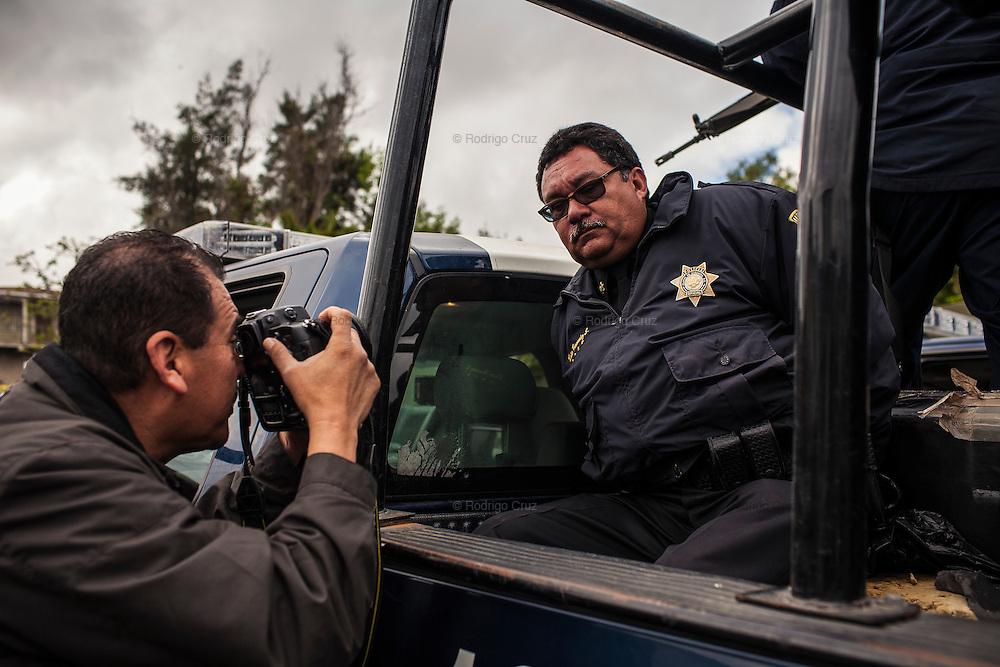 """TIJUANA MEXICO - MARZO 09: Cinco policías fueron detenidos presuntamente durante la fiesta que ofrecía Ángel Jácome Gamboa, El Kaibil, jefe de sicarios de García Simental, operador de las células del cártel de Sinaloa que operan en Tijuana. El Ejército, la Secretaría de Seguridad Pública y la Procuraduría General de Justicia del Estado informaron, mediante comunicados, que los agentes fueron liberados y """"exonerados de cualquier vínculo con el crimen organizado"""", por lo que regresarán a sus cargos públicos. 9 de Marzo, 2009 en Tijuana, México.  (Foto por Rodrigo Cruz)"""