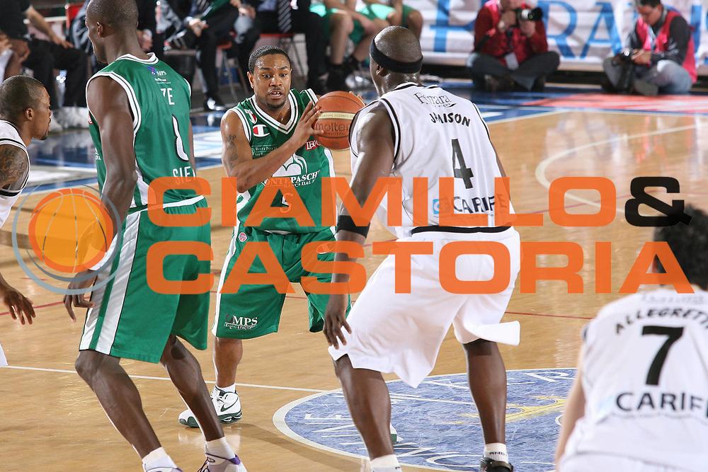 DESCRIZIONE : Ferrara Lega A1 2008-09 Carife Ferrara Montepaschi Siena<br /> GIOCATORE : Terrell Mc Intyre<br /> SQUADRA : Montepaschi Siena<br /> EVENTO : Campionato Lega A1 2008-2009 <br /> GARA : Carife Ferrara Montepaschi Siena<br /> DATA : 15/02/2009 <br /> CATEGORIA : palleggio<br /> SPORT : Pallacanestro <br /> AUTORE : Agenzia Ciamillo-Castoria/M.Marchi