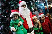 Amã, Jordânia - 01/12/2013 - Papai Noel distribui presentes para criançads no Hamleys durante as comemorações do Natal em Amã, Jordânia. Foto: Bilal Jarekji/Frame