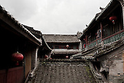 Les toits restaurés pour le tourisme d'un Tulou de Yongding. Un jeune entrepreneur qui a fait ses études aux Etats-unis y loue des chambres (voir photo suivante)