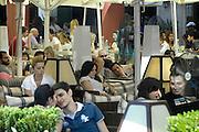 Griekenland, Thessaloniki, 11-6-2011Straatbeeld van deze stad in Noord Griekenland. Het is de tweede stad van het land.Griekenland is zwaar getroffen door het wanbeleid van voorgaande regeringen op financieel gebied. Toch vinden veel mensen de weg naar de terrasjes voor ontspanning en een drankje.Foto: Flip Franssen