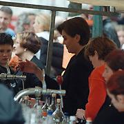 Koninginnedag 2000 Bussum, Tineke Verburg tapt een biertje in een kraam