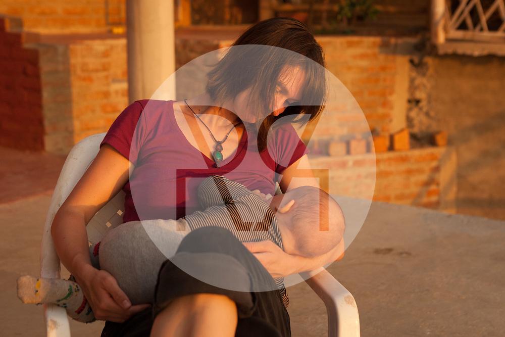 KOLUMBIEN - TAGANGA - Eine Mutter stillt ihr Baby - 21. April 2014 © Raphael Hünerfauth - http://huenerfauth.ch
