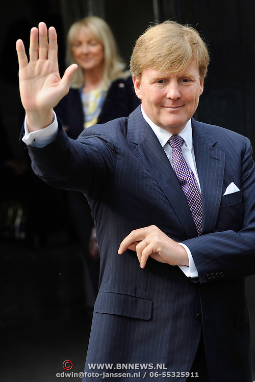 Zijne Hoogheid Prins Albert II van Monaco komt aan op Paleis het Loo met Koning Willem Alexander voor de opening van de tentoonstelling: Grace Kelly<br /> <br /> His Highness Prince Albert II of Monaco arrives Palace Het Loo with King Willem Alexander for the Opening of the exibition Grace Kelly<br /> <br /> Op de foto / On the photo:  Koning Willem Alexander / King Willem Alexander