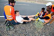 Robert Braam maakt zich klaar voor de start. Op maandagochtend vinden de kwalificaties plaats. Het team slaagt er door valpartijen niet in om de rijders en de VeloX V te kwalificeren. Het Human Power Team Delft en Amsterdam (HPT), dat bestaat uit studenten van de TU Delft en de VU Amsterdam, is in Amerika om te proberen het record snelfietsen te verbreken. Momenteel zijn zij recordhouder, in 2013 reed Sebastiaan Bowier 133,78 km/h in de VeloX3. In Battle Mountain (Nevada) wordt ieder jaar de World Human Powered Speed Challenge gehouden. Tijdens deze wedstrijd wordt geprobeerd zo hard mogelijk te fietsen op pure menskracht. Ze halen snelheden tot 133 km/h. De deelnemers bestaan zowel uit teams van universiteiten als uit hobbyisten. Met de gestroomlijnde fietsen willen ze laten zien wat mogelijk is met menskracht. De speciale ligfietsen kunnen gezien worden als de Formule 1 van het fietsen. De kennis die wordt opgedaan wordt ook gebruikt om duurzaam vervoer verder te ontwikkelen.<br /> <br /> The qualifying on Monday. The team didn't qualify due to crashes. The Human Power Team Delft and Amsterdam, a team by students of the TU Delft and the VU Amsterdam, is in America to set a new  world record speed cycling. I 2013 the team broke the record, Sebastiaan Bowier rode 133,78 km/h (83,13 mph) with the VeloX3. In Battle Mountain (Nevada) each year the World Human Powered Speed Challenge is held. During this race they try to ride on pure manpower as hard as possible. Speeds up to 133 km/h are reached. The participants consist of both teams from universities and from hobbyists. With the sleek bikes they want to show what is possible with human power. The special recumbent bicycles can be seen as the Formula 1 of the bicycle. The knowledge gained is also used to develop sustainable transport.