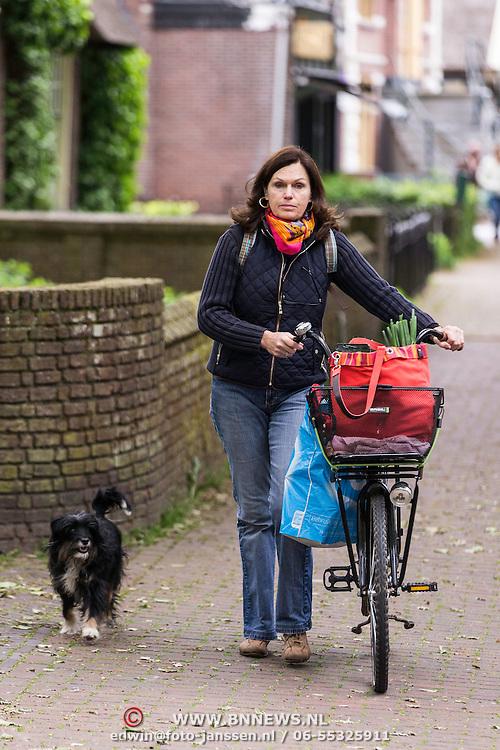 NLD/Laren/20140508 - Actrice Liz Snoyink heeft zoveel boodschappen gekocht dat ze niet fietsen kan en zij met hond naar huis moeten lopen