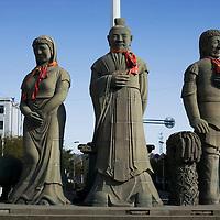 JINCHANG: 3 Statuen , die alte Roemer darstellen sollen.