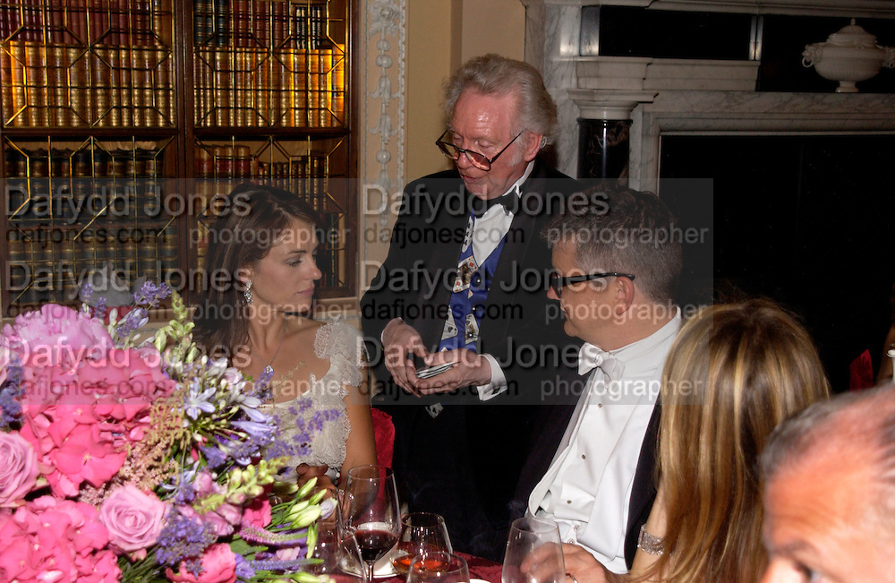 Elizabeth Hurley and Jay Jopling Ball at Blenheim Palace in aid of the Red Cross, Woodstock, 26 June 2004. SUPPLIED FOR ONE-TIME USE ONLY-DO NOT ARCHIVE. © Copyright Photograph by Dafydd Jones 66 Stockwell Park Rd. London SW9 0DA Tel 020 7733 0108 www.dafjones.com