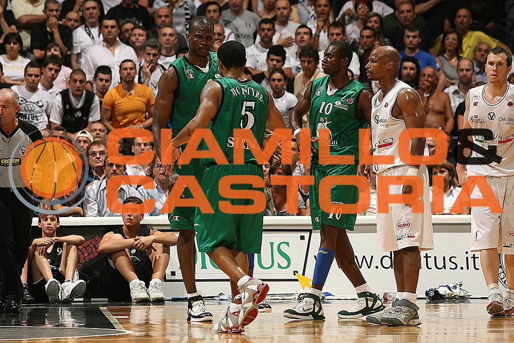 DESCRIZIONE : Bologna Lega A1 2006-07 Playoff Finale Gara 2 VidiVici Virtus Bologna Montepaschi Siena <br /> GIOCATORE : Team Siena<br /> SQUADRA : Montepaschi Siena <br /> EVENTO : Campionato Lega A1 2006-2007 Playoff Finale Gara 2 <br /> GARA : VidiVici Virtus Bologna Montepaschi Siena <br /> DATA : 15/06/2007 <br /> CATEGORIA : Esultanza<br /> SPORT : Pallacanestro <br /> AUTORE : Agenzia Ciamillo-Castoria/M.Marchi