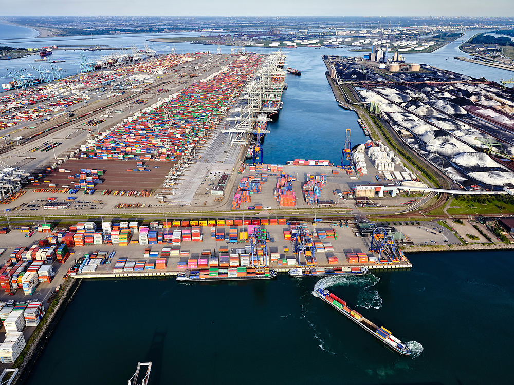 Nederland, Zuid-Holland, Rotterdam, 14-09-2019; Tweede Maasvlakte (MV2),  Hartelhaven (voorgrond), Amazonehaven, met ECT Delta Terminal (containers). Mississippihaven met EMO (overslag droge bulk, zoals erts en kolen). <br /> Second Maasvlakte (MV2), Maasvlakte Plaza. Amazonehaven, with ECT Delta Terminal (containers) and Mississippihaven with EMO (transshipment of dry bulk, such as ore and coal).<br /> <br /> luchtfoto (toeslag op standard tarieven);<br /> aerial photo (additional fee required);<br /> copyright foto/photo Siebe Swart