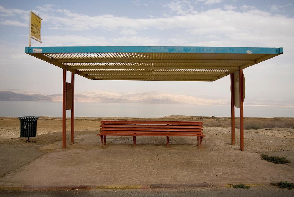 Arrêt de bus Ein Gedi. La Mer Morte, alimentée par le Jourdain, est un lac d'eau salée d'une surface approximative de 810 km2, partagé entre Israël, Jordanie et Territoires Palestiniens occupés. La salinité de la Mer Morte est de 27,5 % alors que celle de l'eau de mer oscille entre 2 et 4 %. La Mer Morte est le point le plus bas du globe à 417 mètres sous le niveau de la mer. Son niveau d'eau baisse d'un mètre par an en moyenne. Écologie, économie et géostratégie y sont continuellement un peu plus fragilisés. Israël, mai 2011