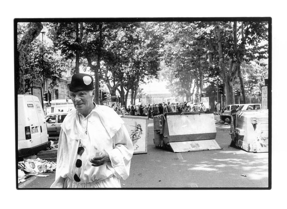 Proteste contro il summit del G8, Genova luglio 2001. Venerdì 20 luglio, corteo dei Disobbedienti. Manifestante in maschera da Pulcinella. Via Casaregis (dintorni di via Tolemaide). Via Casaregis (dintorni di via Tolemaide). (Sembra che l'uomo poco dopo sia scampato ad una brutale carica dei Carabinieri).