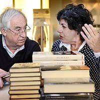 Nederland, Amsterdam , 6 maart 2010..Schrijvers Cees Nooteboom en Hanneke Groenteman tijdens de signeersessies in de Bijenkorf voorafgaande aan de Boekenweek 2010..Foto:Jean-Pierre Jans