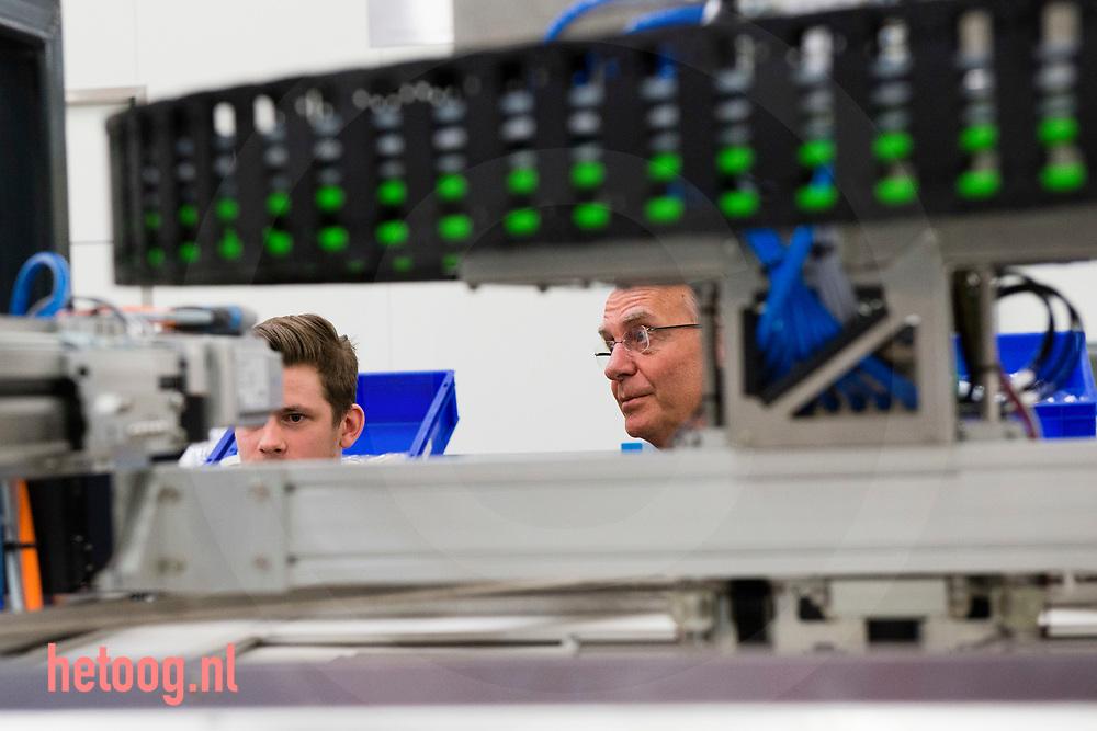 Nederland, Enschede 10april2017 demissionair minister Henk Kamp bracht op eigen verzoek een bezoek aan het bedrijf Demcon in Enschede. Kamp werd ontvangen door dhr. Dennis Schipper (blauw jasje blauw shirt) van Demcon .         Over DEMCON<br /> DEMCON is een high-end technologieleverancier van producten en systemen, met als focusgebieden hightech, industrial systems &amp; vision, embedded, optomechatronic en medical systems. DEMCON is een onderneming die opdrachtgevers met een breed scala aan competenties ondersteunt. Als system supplier kan DEMCON de hele behoefte van de klant afdekken, van proof-of-principle, prototype en pre-productie tot serieproductie. DEMCON is ISO 9001:2008 en ISO 13485:2003 gecertificeerd.<br /> fotografie: Cees Elzenga/hetoog.nl