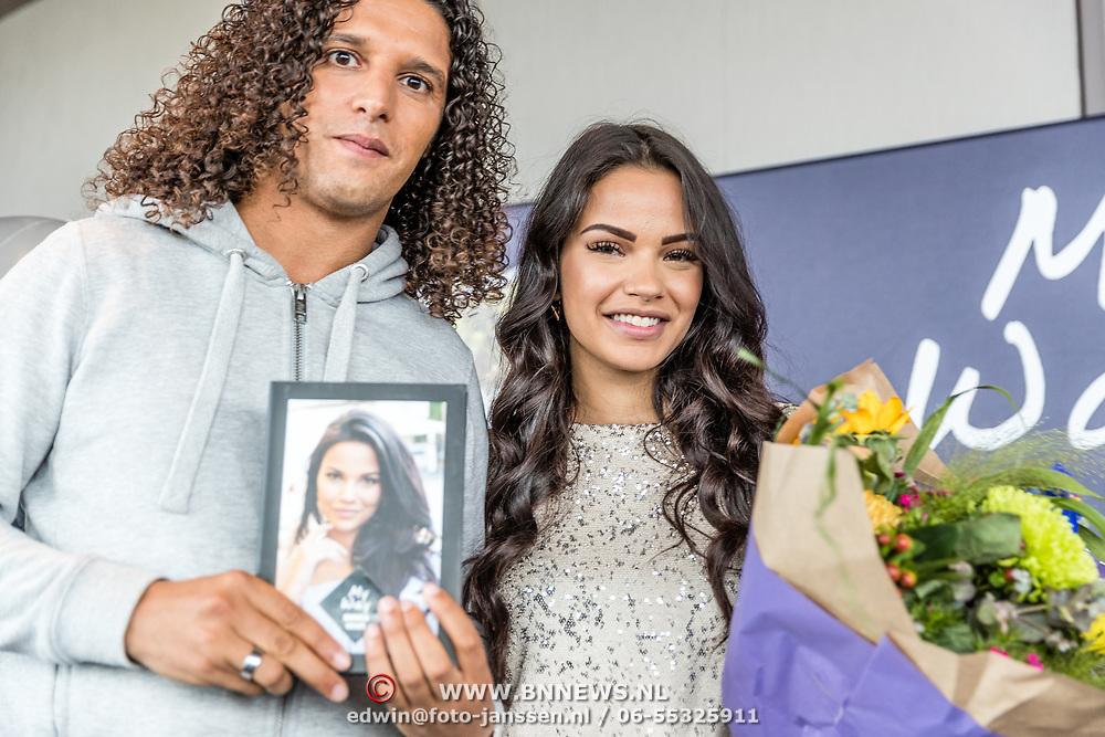 """NLD/Amsterdam//20170504 - Boekpresentatie Monica Geuze - """"My Way"""", Ali B overhandigt het eerste boek aan Monica Geuze"""