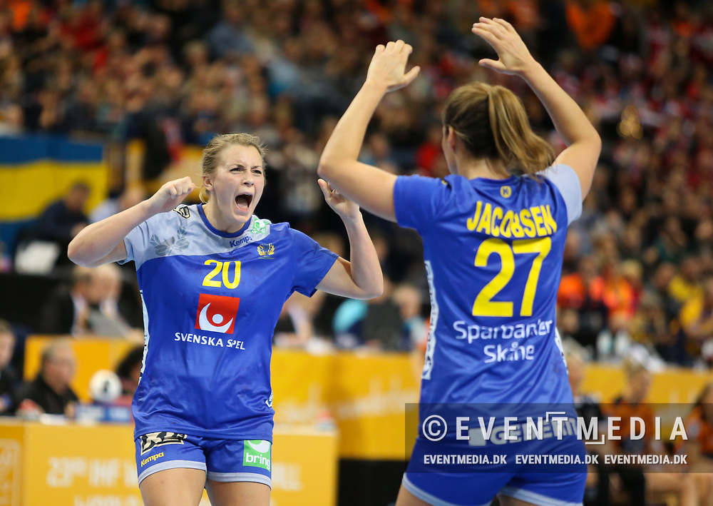 Isabelle Gulldén (#20, Sweden) and Sabina Jacobsen (#27, Sweden). Bronze medal match between Sweden and Netherlands at the 2017 IHF Women's World Championship in Barclaycard Arena, Hamburg, Germany, 17.12.2017. Photo Credit: Allan Jensen/EVENTMEDIA.