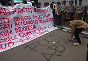 JAKARTA, INDONESIA - MARCH 10 : <br /> <br /> Aceh Students Demontration on Australian Embassy in Jakarta<br /> <br /> Aceh students were protest and collecting donations for the Australian coins related statement Prime Minister Tony Abbott related tsunami donations from the Australian government on March 10, 2015 in Jakarta, Indonesia. Australian Foreign Minister Julie Bishop called on Indonesia to give two Australians on death row an 'indefinite stay of execution' as she clarified her Prime Minister's comments linking Reviews their fate to aid.<br /> ©Ahmad Rianto/Exclusivepix Media