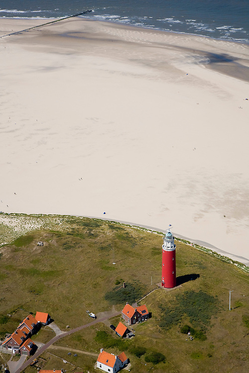 Nederland, Noord-Holland, Texel, 14-07-2008; vuurtoren met dienstwoningen bij de Cocksdorp; Waddenzee, eb en vloed, getijden, getijdegebied, zand. .luchtfoto (toeslag); aerial photo (additional fee required); .foto Siebe Swart / photo Siebe Swart