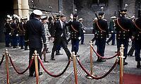 Nederland. Den Haag, 18 september 2007.<br /> Prinsjesdag. Minister-president Jan Peter Balkenende arriveert met echtgenote Bianca op het Binnenhof en zwaait naar schoolkinderen.<br /> Foto Martijn Beekman <br /> NIET VOOR TROUW, AD, TELEGRAAF, NRC EN HET PAROOL