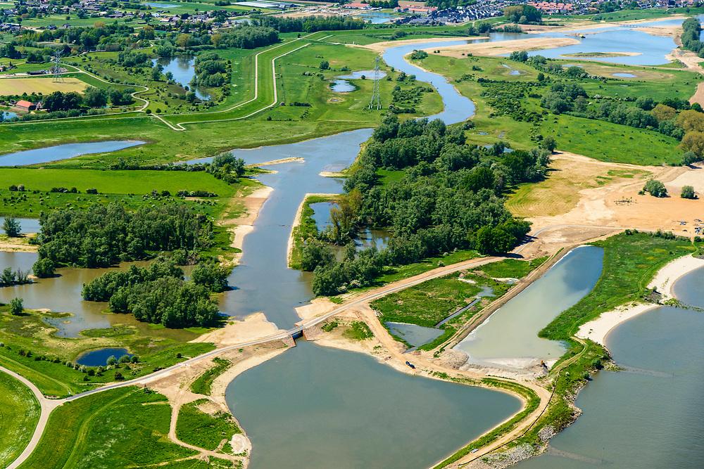 Nederland, Gelderland, Druten, 13-05-2019; Afferdense en Deestse Waarden, met nieuw aangelegde nevengeul om 'ruimte voor de rivier' te hebben bij hoogwater. Deel van Ruimte voor de Waal programma, inclusief aanleg nieuwe natuur.<br /> Afferdense en Deestse Waarden with newly build ancillary channel to creatw 'room for the river' at high tide.<br /> luchtfoto (toeslag op standard tarieven);<br /> aerial photo (additional fee required);<br /> copyright foto/photo Siebe Swart