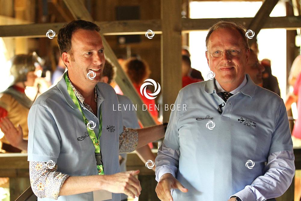 KAATSHEUVEL - In de Efteling was vandaag de officiele opening van Joris en de Draak.  Met op de foto drs Bart de Boer en Jochem van Gelder in de nieuwe attractie Joris en de Draak. FOTO LEVIN DEN BOER - PERSFOTO.NU