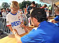 23-08-2008 VOETBAL:WILLEM II:OPENDAG:TILBURG<br /> Mehmet Akgün zet zijn handtekening op het shirt van de Willem II supporter tijdens de handtekeningensessie<br /> Foto: Geert van Erven