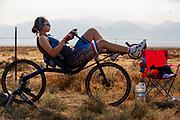Atlete Jennifer Breet is bezig met de warming up. Op zondagochtend vinden de kwalificaties plaats. Het Human Power Team Delft en Amsterdam, dat bestaat uit studenten van de TU Delft en de VU Amsterdam, is in Amerika om tijdens de World Human Powered Speed Challenge in Nevada een poging te doen het wereldrecord snelfietsen voor vrouwen te verbreken met de VeloX 9, een gestroomlijnde ligfiets. Het record is met 121,81 km/h sinds 2010 in handen van de Francaise Barbara Buatois. De Canadees Todd Reichert is de snelste man met 144,17 km/h sinds 2016.<br /> <br /> With the VeloX 9, a special recumbent bike, the Human Power Team Delft and Amsterdam, consisting of students of the TU Delft and the VU Amsterdam, wants to set a new woman's world record cycling in September at the World Human Powered Speed Challenge in Nevada. The current speed record is 121,81 km/h, set in 2010 by Barbara Buatois. The fastest man is Todd Reichert with 144,17 km/h.