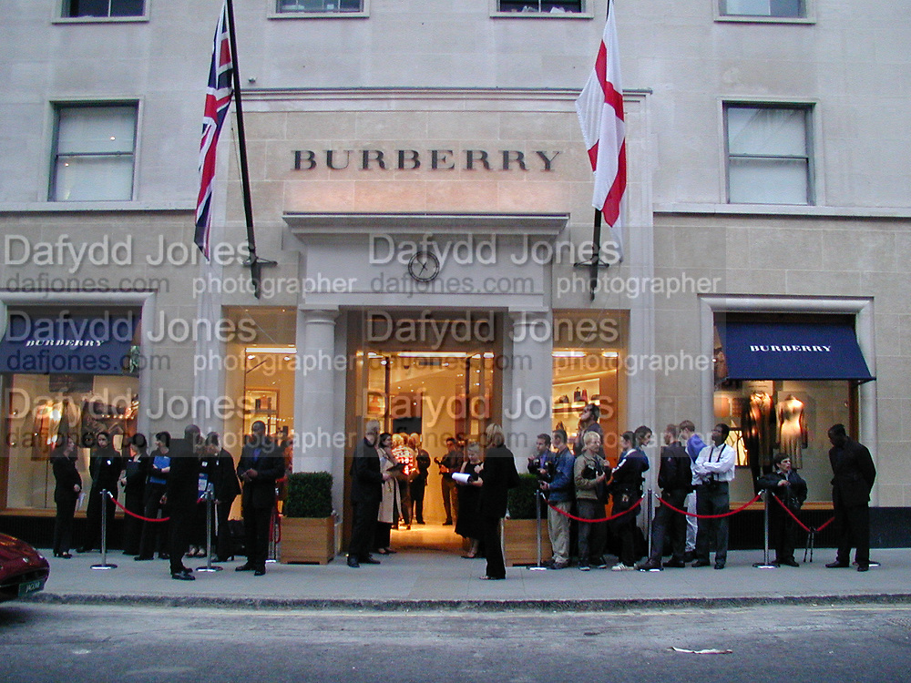 Burberry Bond St. Launch party. 21-23 New Bond St. London. In Support of the Sargent Cancer Care for Children. 7/9/00 © Copyright Photograph by Dafydd Jones 66 Stockwell Park Rd. London SW9 0DA Tel 020 7733 0108 www.dafjones.com