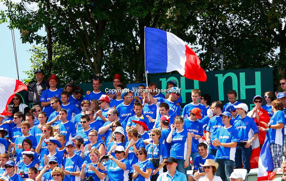 Davis Cup Deutschland gegen Frankreich im Stuttgarter Tennisclub Weissenhof,Stuttgart, ITF HerrenTennis Turnier,Gruppe von einheitlich gekleideteten franzoesischen Fans mit der Fahne,Flagge, Feature,